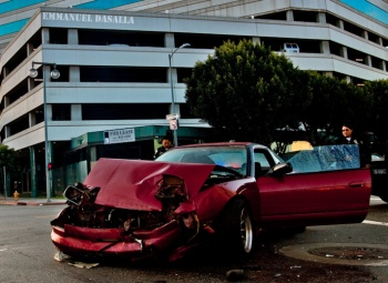 Autounfall eines roten Nissan 240sx vor einem Hotel in Los Angeles