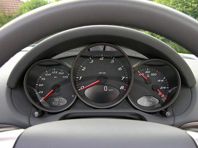 Cockpit eines schwarzen Porsche Boxster S 2.7